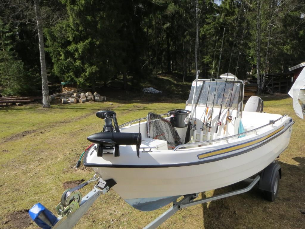 Båten packad med spön som skulle provfiskas