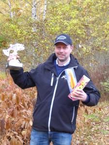 En lycklig Tony med bucklan och de fina priserna från Sundbybergs Sportfiske.