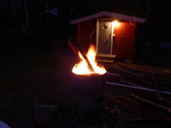 Vi firade med rostbiff och potatisgratäng sista kvällen medan den gamla verandan sakta brann upp.