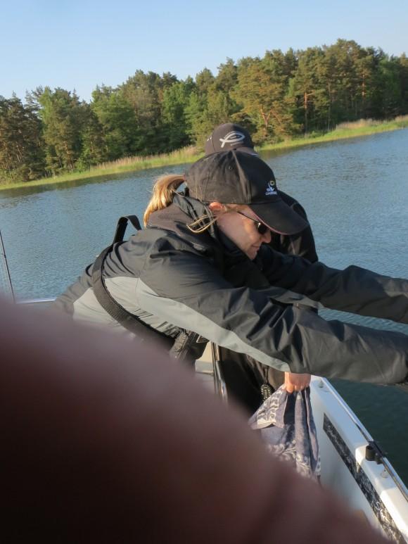Så här ser det ut när en 2kg gädda hoppa i sjön